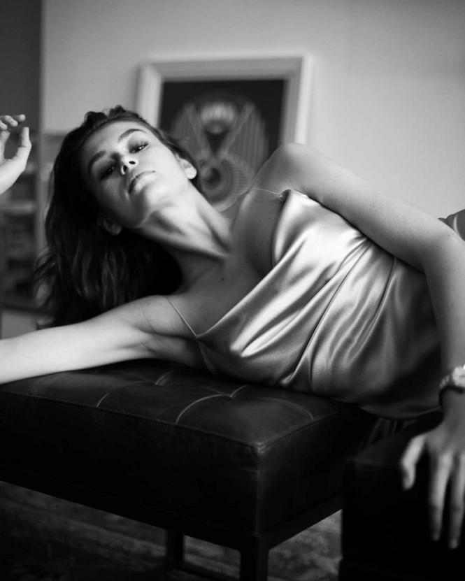 Không nội y, Kaia Gerber gợi cảm hút hồn với váy lụa mỏng tang - ảnh 3