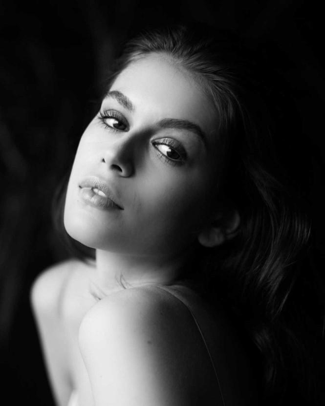 Không nội y, Kaia Gerber gợi cảm hút hồn với váy lụa mỏng tang - ảnh 5