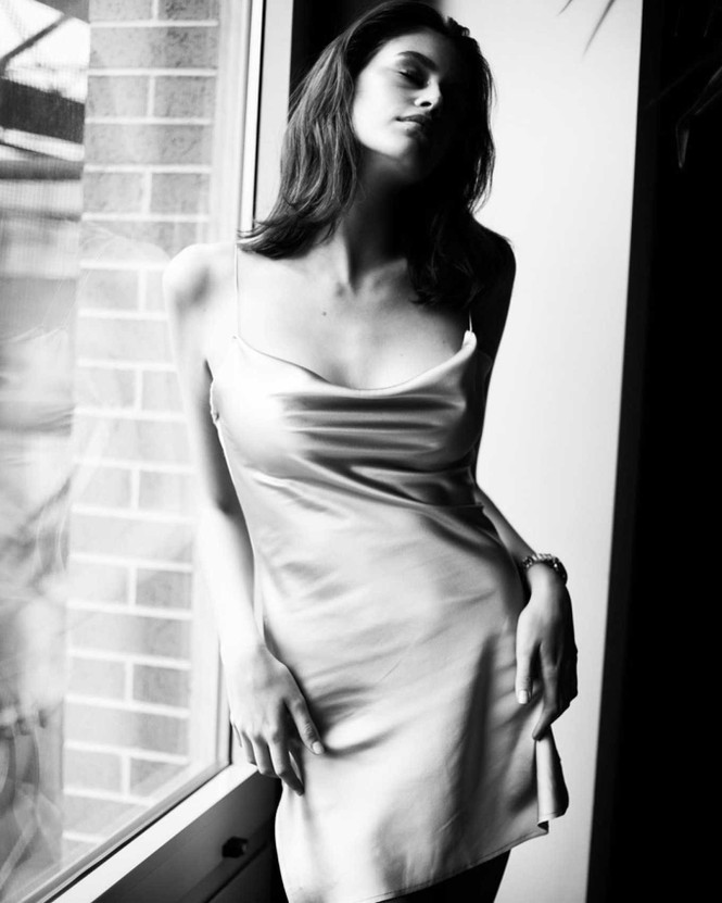 Không nội y, Kaia Gerber gợi cảm hút hồn với váy lụa mỏng tang - ảnh 4