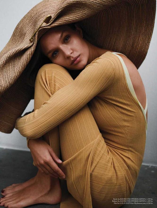 'Thiên thần nội y' Josephine Skriver chụp ngực trần trên tạp chí - ảnh 2