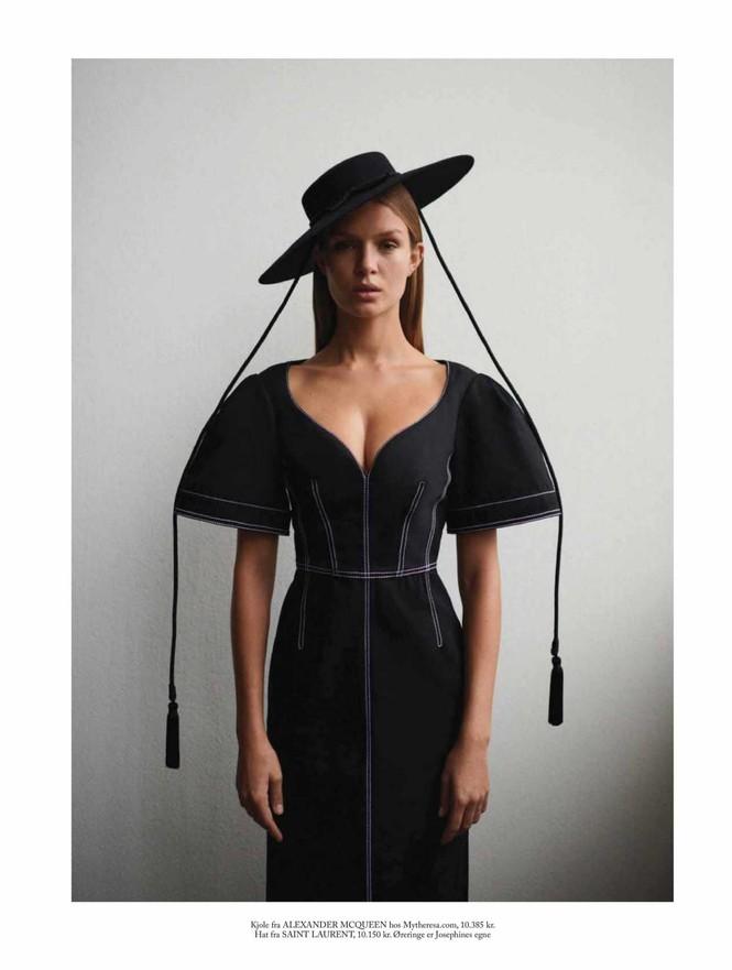 'Thiên thần nội y' Josephine Skriver chụp ngực trần trên tạp chí - ảnh 3