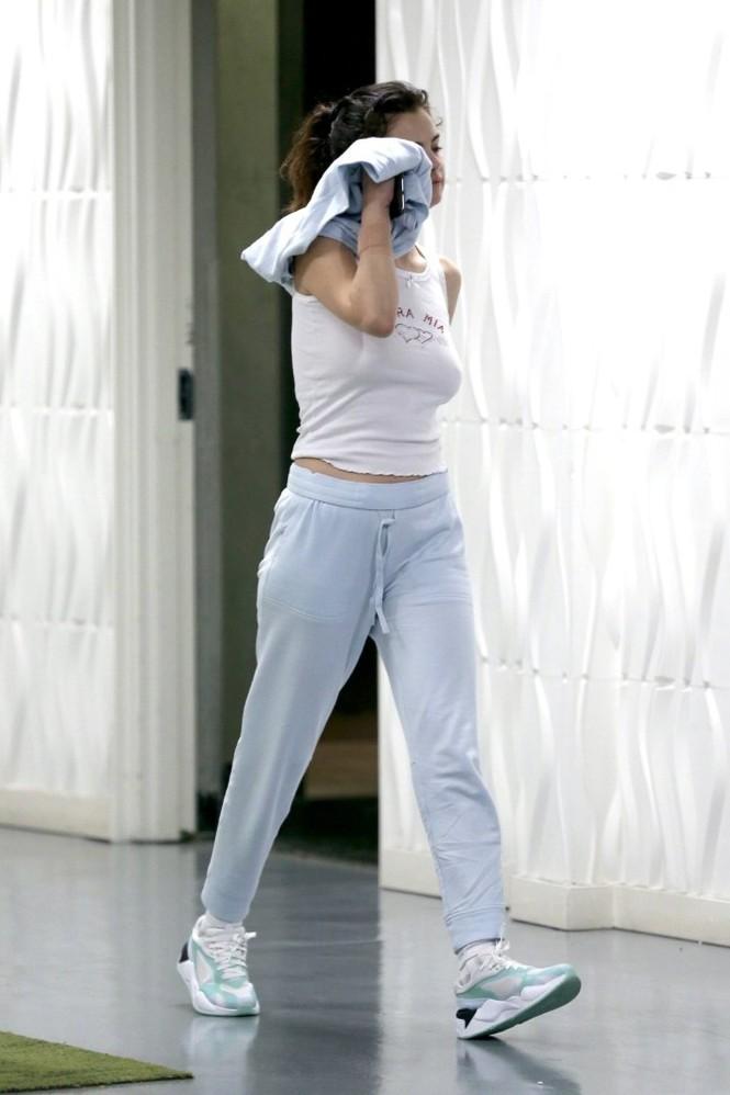 Selena Gomez 'thả rông' ra phố bất chấp dịch COVID-19 - ảnh 3