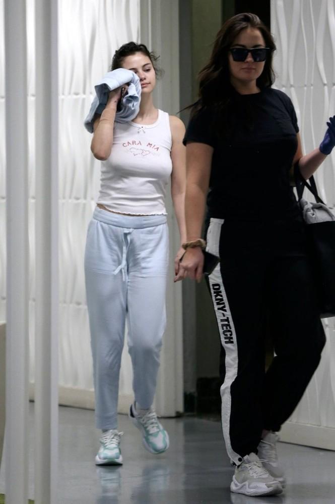 Selena Gomez 'thả rông' ra phố bất chấp dịch COVID-19 - ảnh 4