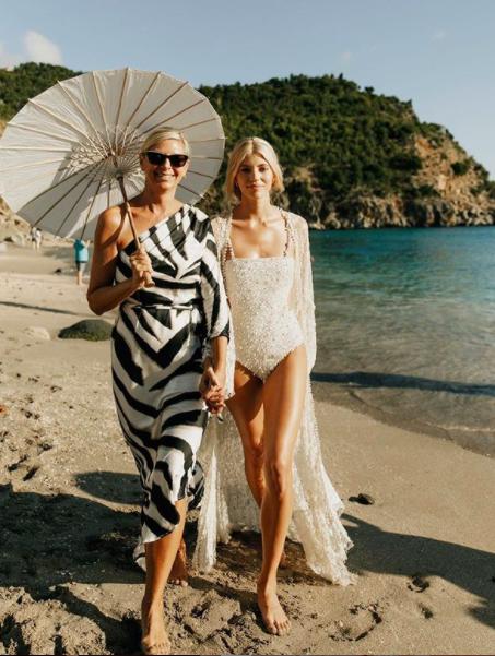 Devon Windsor khoe đường cong thể hình đẹp như tạc tượng với áo tắm - ảnh 4