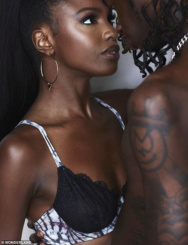'Thiên thần' da màu Leomie Anderson 'thả rông' vòng một, chụp ảnh táo bạo bên bạn trai - ảnh 2