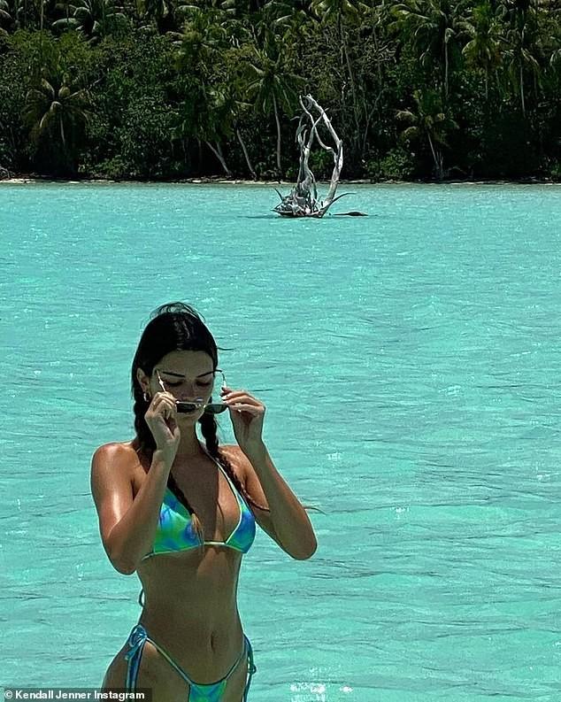 'Siêu mẫu đắt giá nhất thế giới' đẹp như mộng với bikini siêu tí hon - ảnh 2