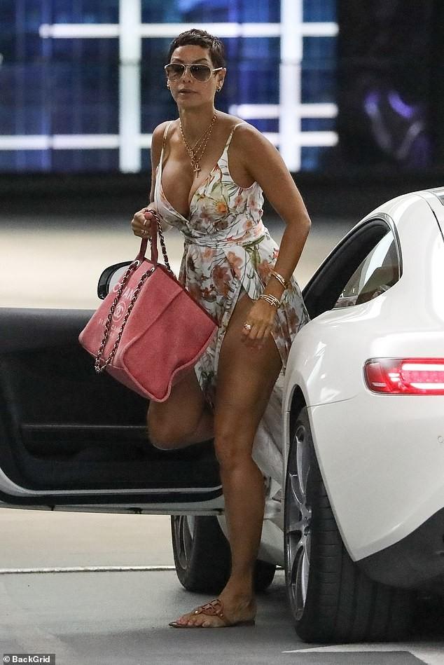 Cựu siêu mẫu Nicole Murphy khoe vòng một 'ngoại cỡ' trên phố ở tuổi 52 - ảnh 2