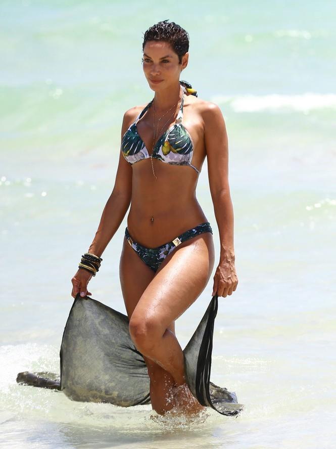 Cựu siêu mẫu Nicole Murphy khoe vòng một 'ngoại cỡ' trên phố ở tuổi 52 - ảnh 7