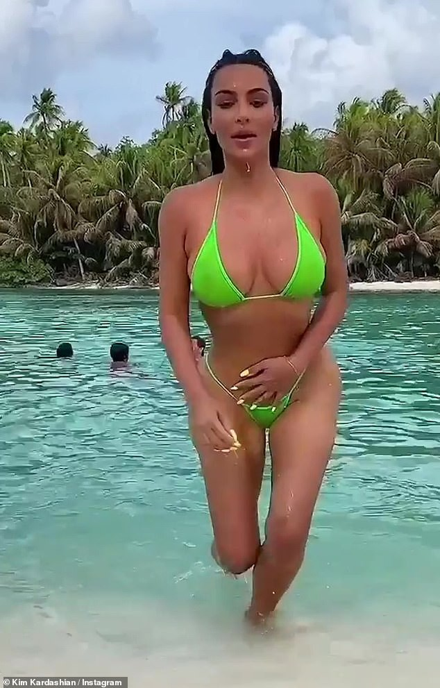 Kim 'siêu vòng ba' khoe dáng 'bốc lửa' với bikini bé xíu - ảnh 1