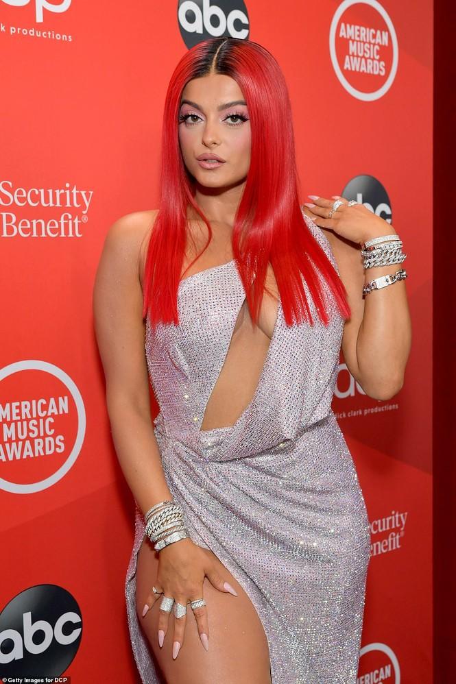Bebe Rexha mặc hở hang trên thảm đỏ AMA - ảnh 1