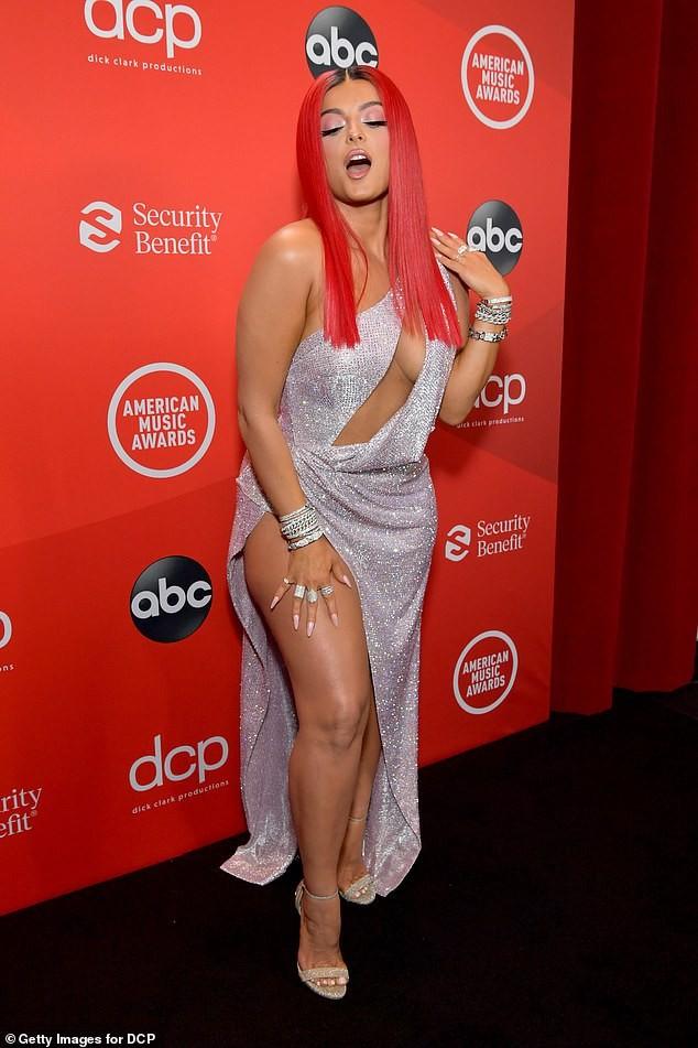 Bebe Rexha mặc hở hang trên thảm đỏ AMA - ảnh 2