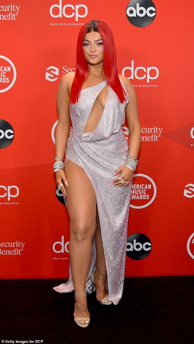 Bebe Rexha mặc hở hang trên thảm đỏ AMA - ảnh 3