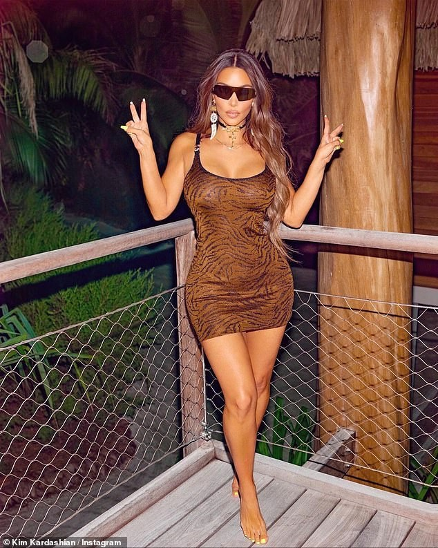 Kim Kardashian khiến fan 'dậy sóng' với ảnh bikini bé xíu, phô triệt để lợi thế hình thể - ảnh 5