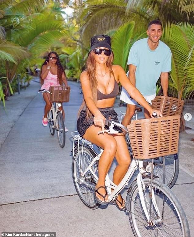 Kim Kardashian khiến fan 'dậy sóng' với ảnh bikini bé xíu, phô triệt để lợi thế hình thể - ảnh 6