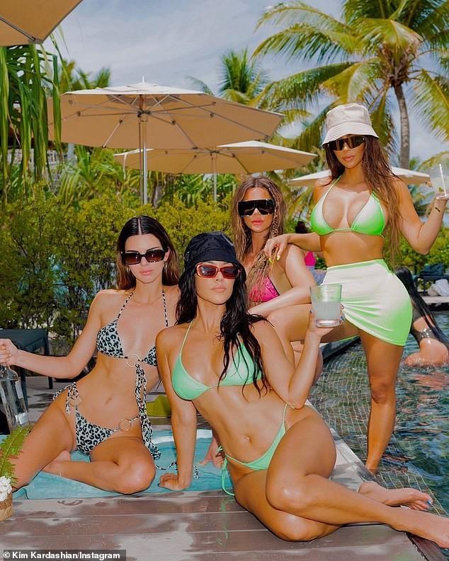 Kim Kardashian khiến fan 'dậy sóng' với ảnh bikini bé xíu, phô triệt để lợi thế hình thể - ảnh 7