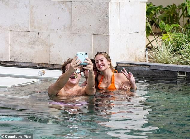 Nàng mẫu Delilah Belle Hamlin diện bikini nóng bỏng, tình tứ bạn trai - ảnh 5