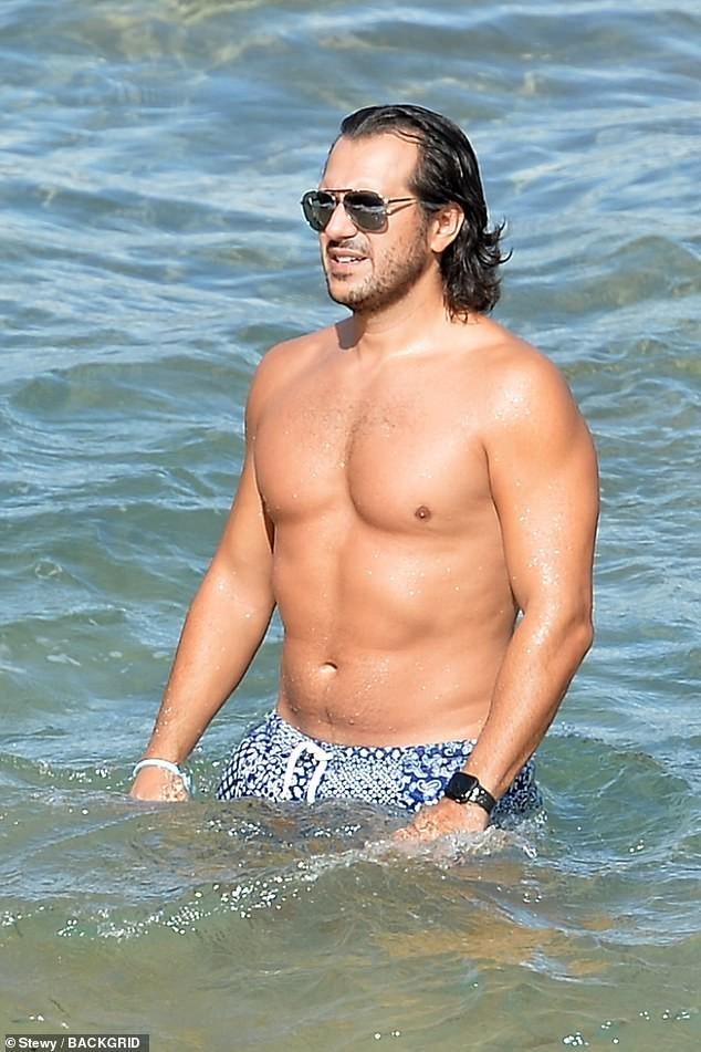 Tình tin đồn của Brad Pitt khoe vòng một siêu 'bốc lửa' khi đi biển với bạn trai - ảnh 5