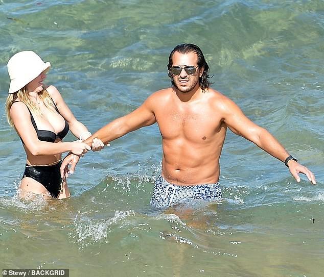 Tình tin đồn của Brad Pitt khoe vòng một siêu 'bốc lửa' khi đi biển với bạn trai - ảnh 3