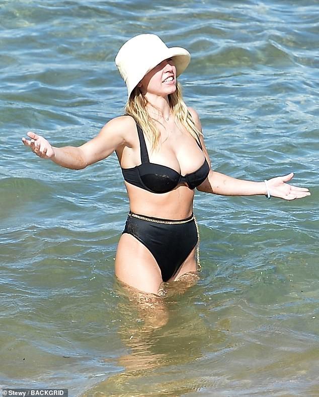 Tình tin đồn của Brad Pitt khoe vòng một siêu 'bốc lửa' khi đi biển với bạn trai - ảnh 6