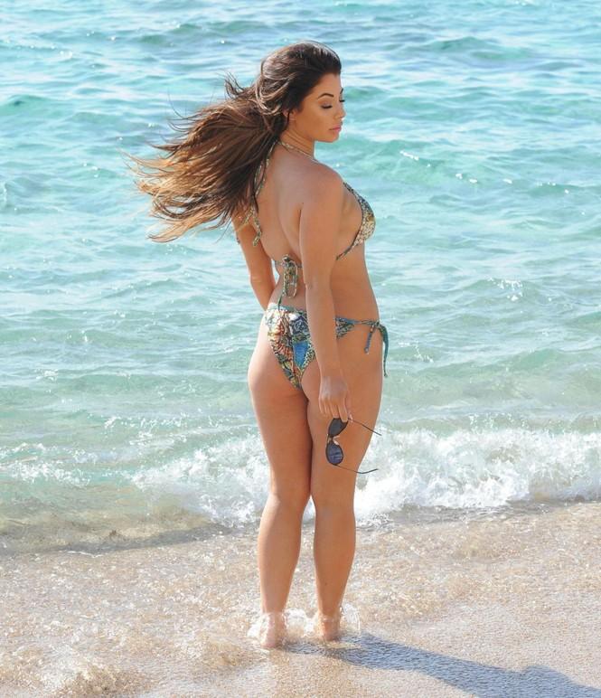 Jessica Hayes khoe tối đa hình thể nảy nở với bikini bé xíu ở biển - ảnh 4