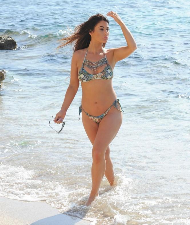 Jessica Hayes khoe tối đa hình thể nảy nở với bikini bé xíu ở biển - ảnh 2