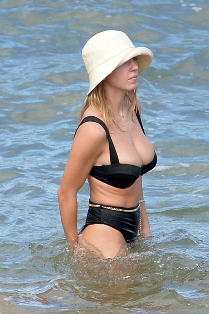 Tình tin đồn của Brad Pitt khoe vòng một siêu 'bốc lửa' khi đi biển với bạn trai - ảnh 7