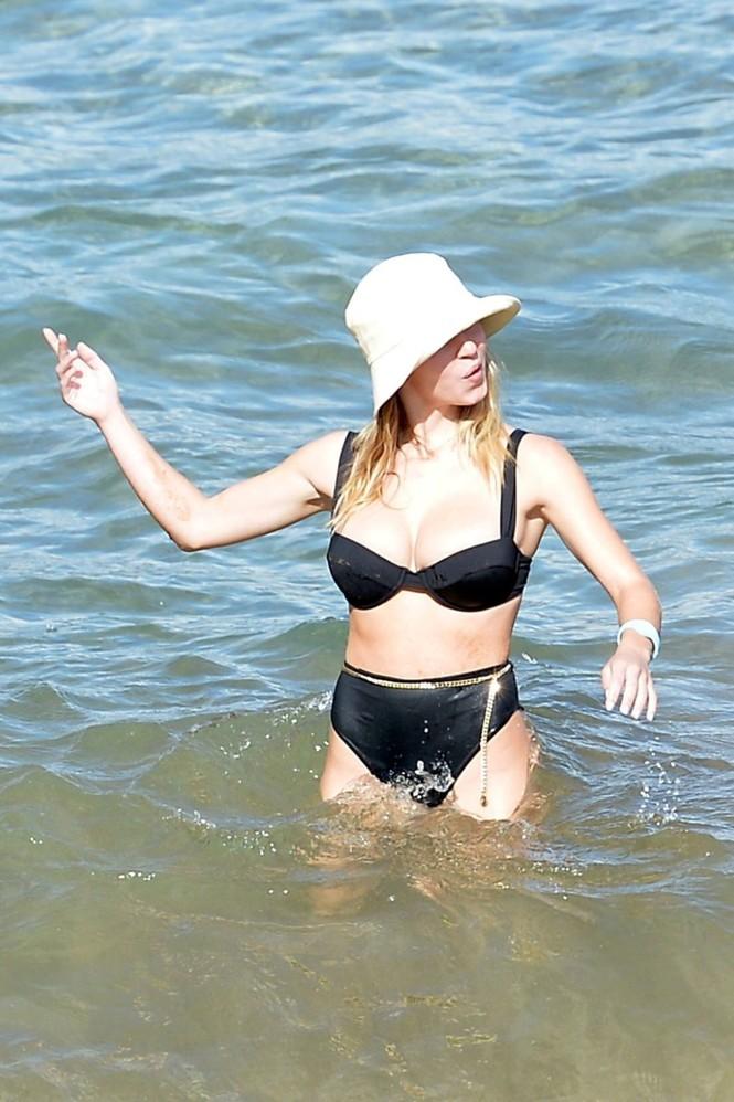 Tình tin đồn của Brad Pitt khoe vòng một siêu 'bốc lửa' khi đi biển với bạn trai - ảnh 8
