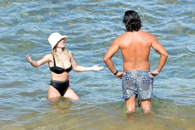 Tình tin đồn của Brad Pitt khoe vòng một siêu 'bốc lửa' khi đi biển với bạn trai - ảnh 1