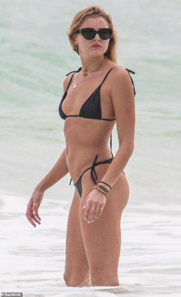 Mẫu 9x Rachel Hilbert mặc áo tắm tam giác, phô thân hình săn chắc nóng bỏng - ảnh 1