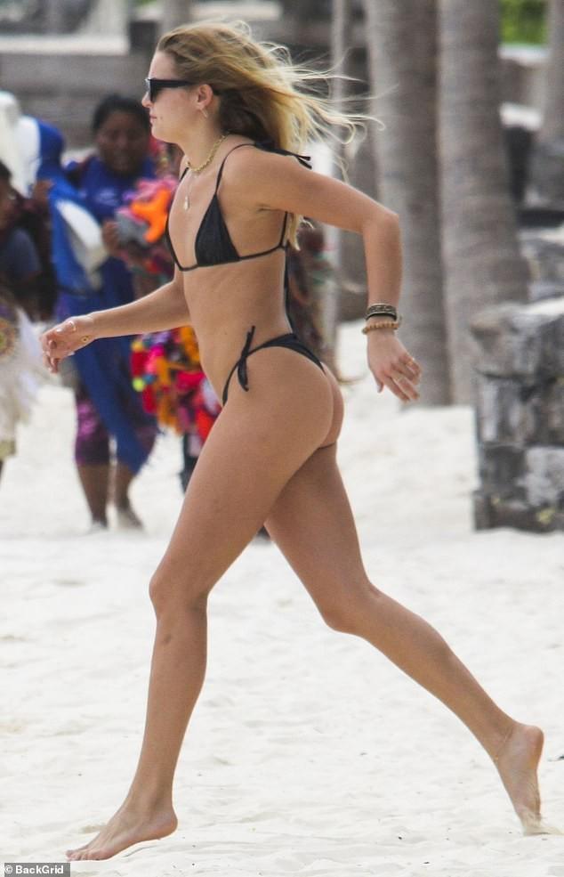 Mẫu 9x Rachel Hilbert mặc áo tắm tam giác, phô thân hình săn chắc nóng bỏng - ảnh 2