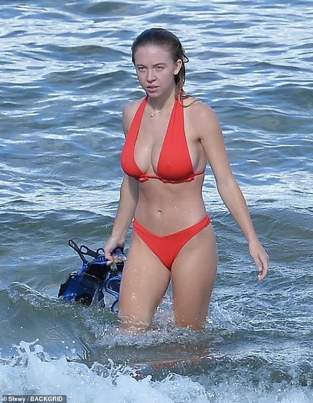 Tình tin đồn của Brad Pitt gợi cảm 'đốt mắt' ở biển - ảnh 1