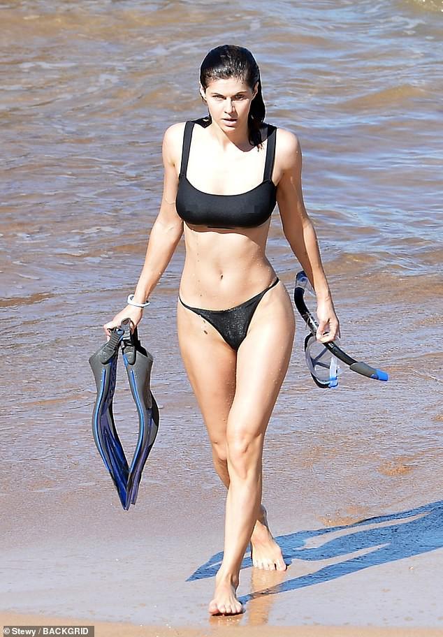 Minh tinh nóng bỏng Alexandra Daddario 'đốt mắt' người nhìn ở biển - ảnh 1