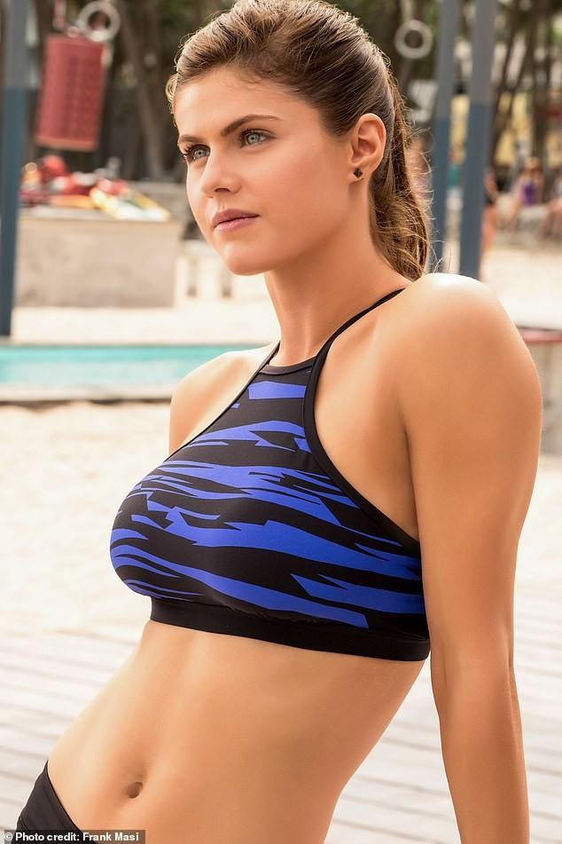 Minh tinh nóng bỏng Alexandra Daddario 'đốt mắt' người nhìn ở biển - ảnh 4