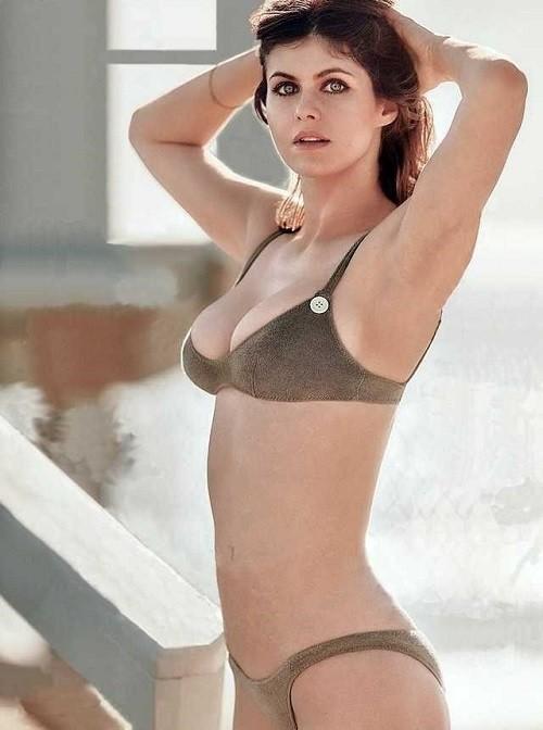 Minh tinh nóng bỏng Alexandra Daddario 'đốt mắt' người nhìn ở biển - ảnh 7