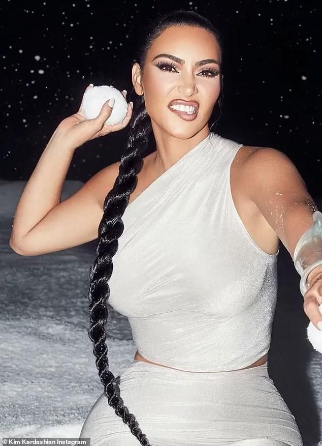 'Kim siêu vòng 3' khoe đường cong nóng bỏng với trang phục ôm sát - ảnh 1