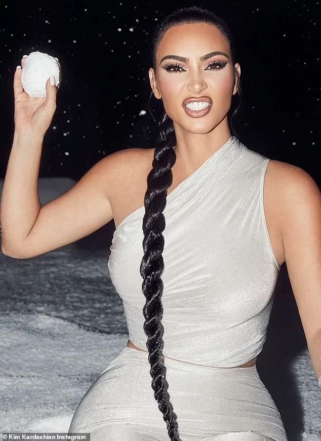 'Kim siêu vòng 3' khoe đường cong nóng bỏng với trang phục ôm sát - ảnh 2