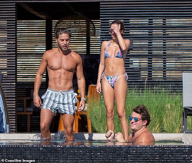 Mẫu 9x quyến rũ ngất ngây với áo tắm, liên tục tình tứ bạn trai ở bể bơi - ảnh 1