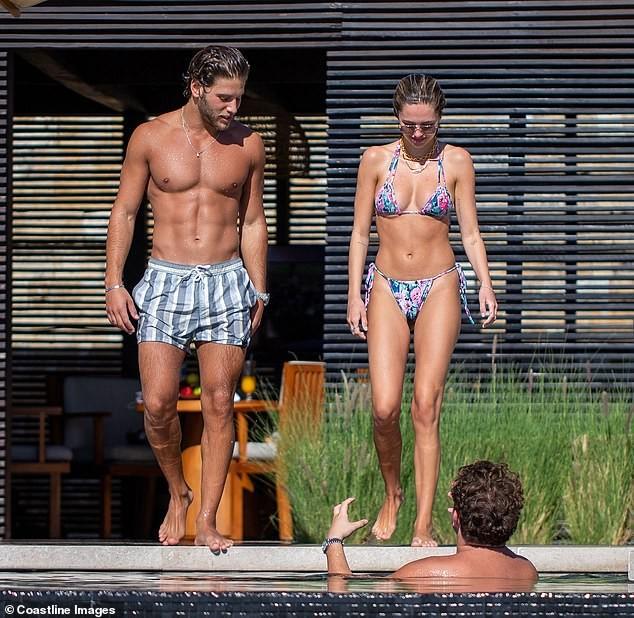 Mẫu 9x quyến rũ ngất ngây với áo tắm, liên tục tình tứ bạn trai ở bể bơi - ảnh 2