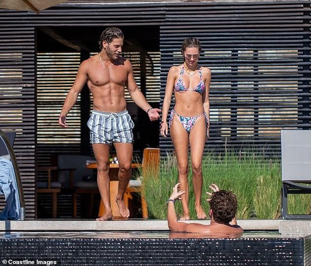 Mẫu 9x quyến rũ ngất ngây với áo tắm, liên tục tình tứ bạn trai ở bể bơi - ảnh 4