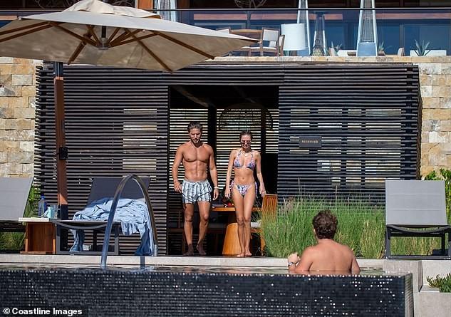 Mẫu 9x quyến rũ ngất ngây với áo tắm, liên tục tình tứ bạn trai ở bể bơi - ảnh 7