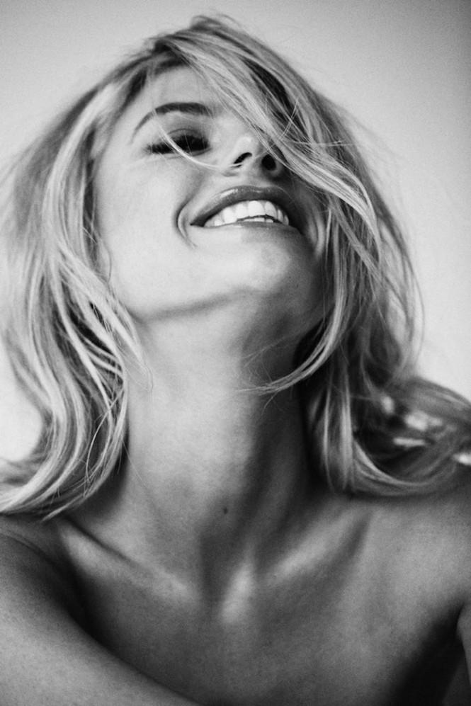 'Bom gợi cảm' Charlotte McKinney chụp khoả thân khoe đường cong 'nảy lửa' - ảnh 6