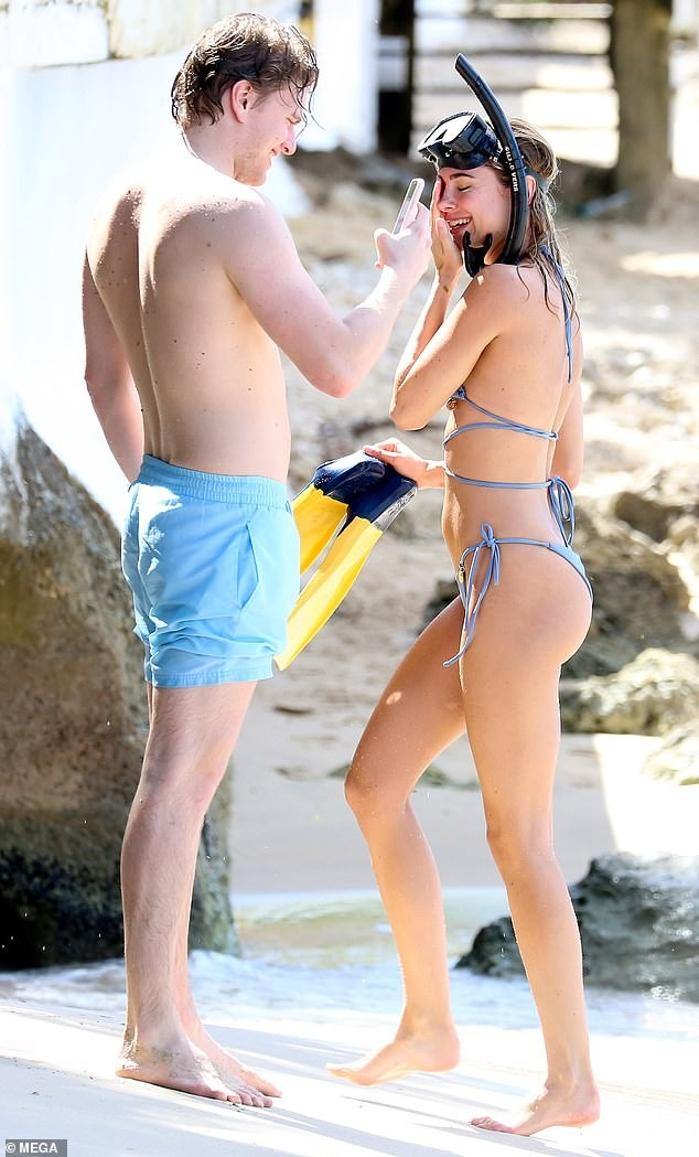 Mẫu áo tắm Kimberley Garner gợi cảm ngất ngây, đi biển cùng trai lạ - ảnh 2