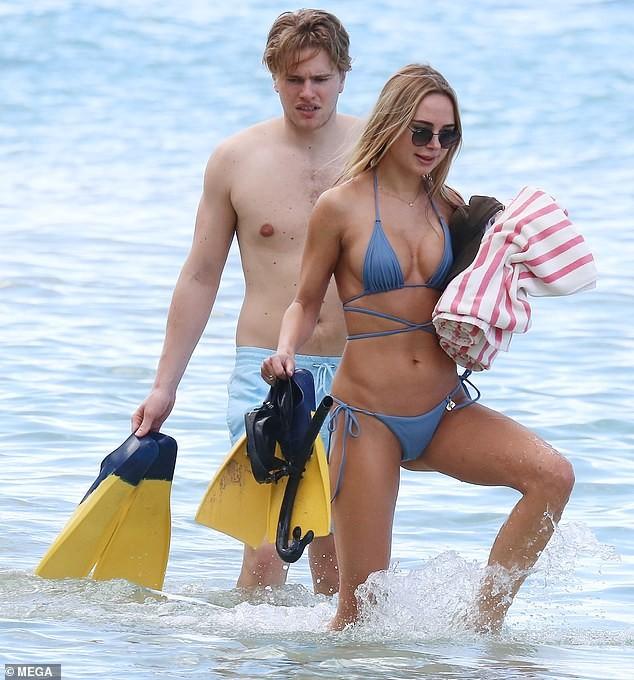 Mẫu áo tắm Kimberley Garner gợi cảm ngất ngây, đi biển cùng trai lạ - ảnh 4
