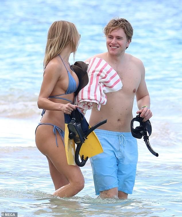 Mẫu áo tắm Kimberley Garner gợi cảm ngất ngây, đi biển cùng trai lạ - ảnh 6