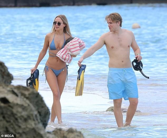 Mẫu áo tắm Kimberley Garner gợi cảm ngất ngây, đi biển cùng trai lạ - ảnh 7