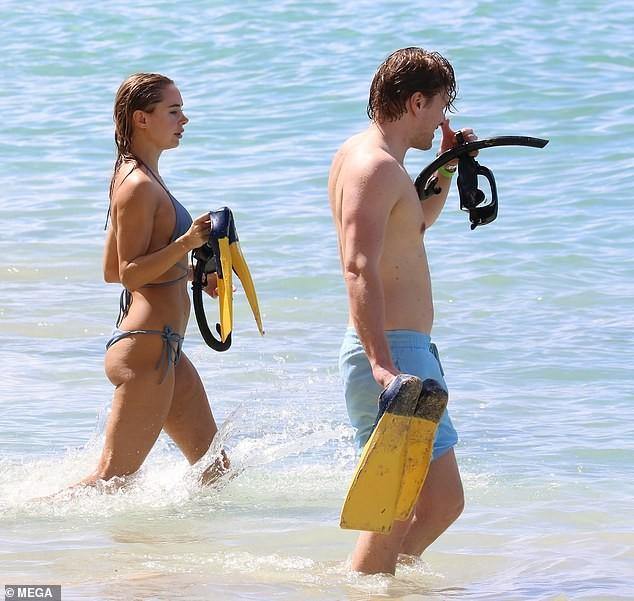 Mẫu áo tắm Kimberley Garner gợi cảm ngất ngây, đi biển cùng trai lạ - ảnh 11