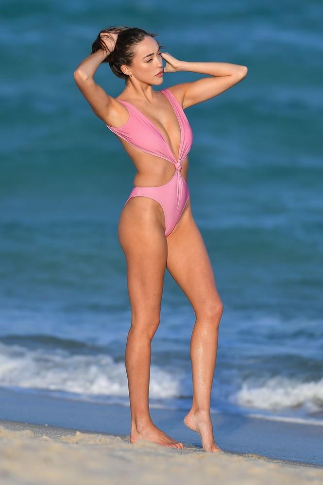Sophia Culpo đẹp như mộng ở biển với áo tắm xẻ hông cao - ảnh 2
