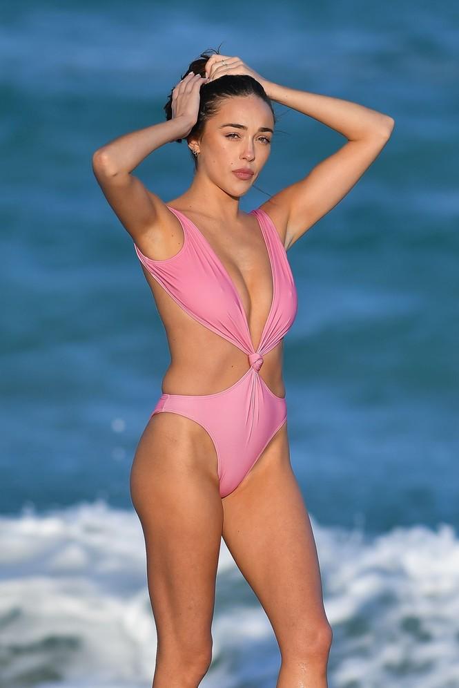 Sophia Culpo đẹp như mộng ở biển với áo tắm xẻ hông cao - ảnh 3