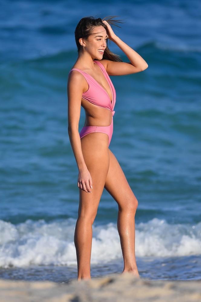 Sophia Culpo đẹp như mộng ở biển với áo tắm xẻ hông cao - ảnh 7