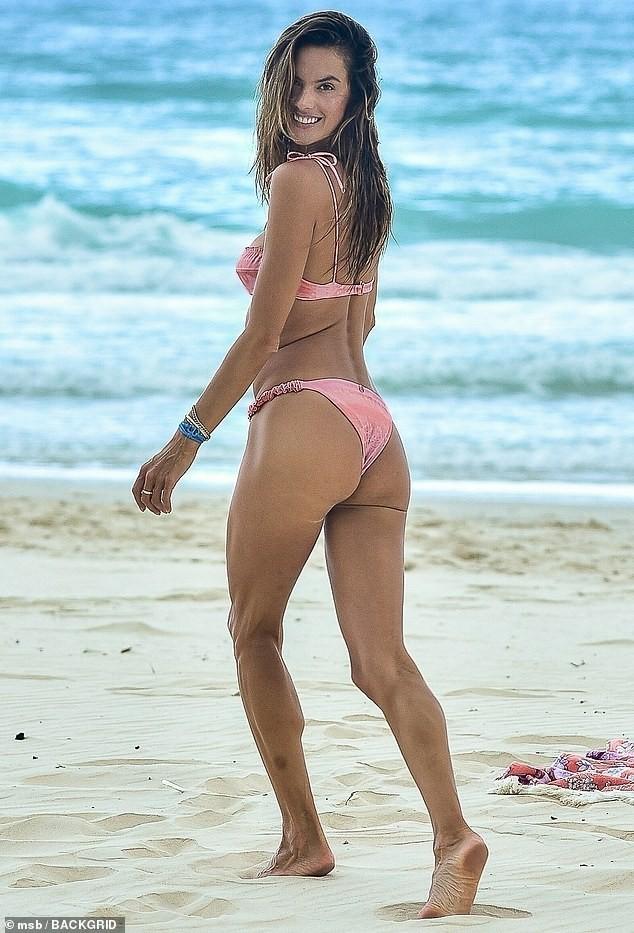 Cựu 'thiên thần nội y' Alessandra Ambrosio đẹp ngất ngây với bikini - ảnh 3